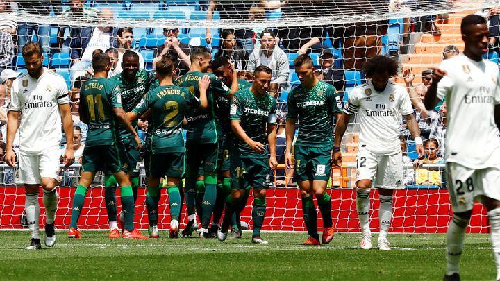 Real se rozloučil s neúspěšnou sezonou prohrou s Betisem, zaváhala i Barcelona