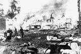 Hořící domy v Leningradu po německém bombardování.