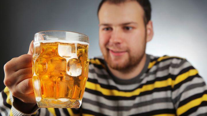Více piva už Češi nevypijí. Pivovarům mají pomoci cizinci