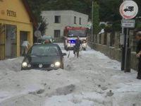 Bouřka se hnala Českem: V Kladně padaly centimetrové kroupy