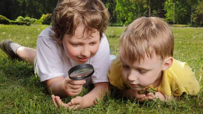 Podle zastánců svobodného učení ví samo dítě nejlépe, co je pro něj v danou chvíli ve vzdělávání dobré a jakým způsobem se chce něco dozvídat.