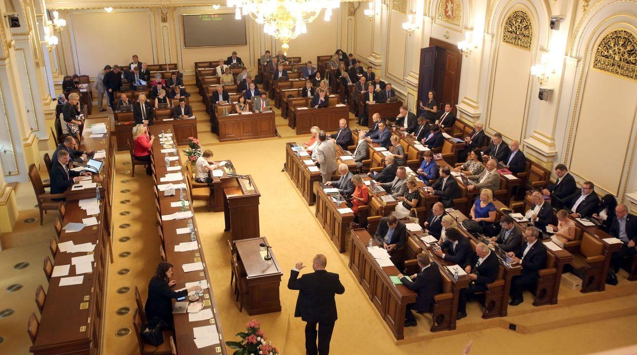 Přímý přenos: Komunisté prosadili svou, sněmovna schválila zdanění restitucí