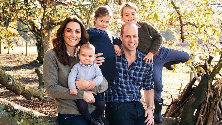 Veselé urozené Vánoce. Britská královská rodina zveřejnila sváteční snímky