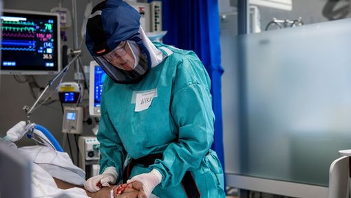 Zdravotnice v Norsku pečuje v nemocnici v Oslu o pacienta nakaženého koronavirem.