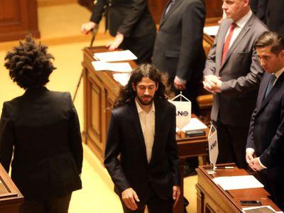 Fotky ze sněmovny: Jak se poslanci ANO ztratila stranická vlaječka. Mohl za to Kalousek? Máme důkaz
