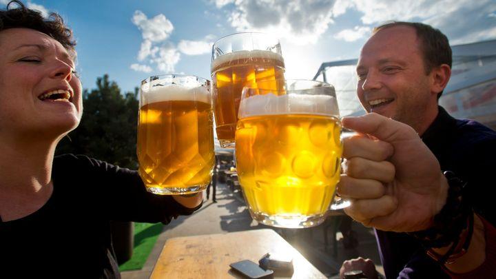 Žádný grog pro rodiče, zákon zakáže alkohol na dětských dnech. Na fotbale se bude točit jen desítka