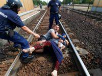 Živě: Uprchlíci si lehli před vlak. Nechtějí do tábora