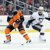 Radko Gudas (Philadelphia Flyers) a Sydney Crosby (Pittsburgh Penguins)
