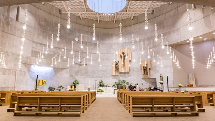 Modlitby z protiatomového krytu. Slovinští architekti postavili kostel, který pojí věřící s nebesy