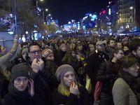Živě: Minuta hluku na Václavském náměstí. Tisíce lidí v ulicích vzpomínaly na 17. listopad