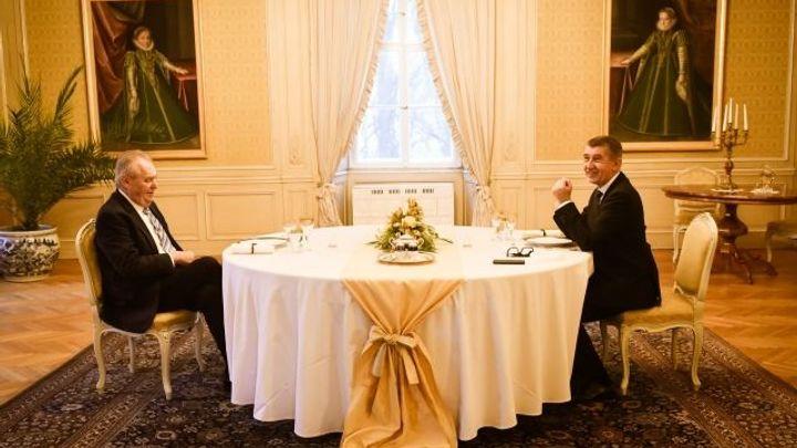 Novoroční oběd premiéra s prezidentem byl bez rodin. Podával se bažant s nudlemi