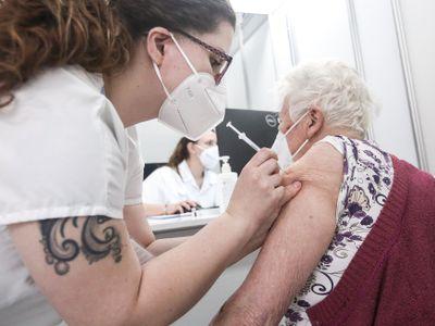 Po půl roce od očkování nemá většina seniorů skoro žádné protilátky, zjistila analýza