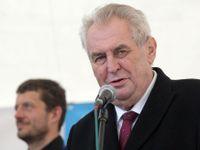 Zeman chyběl na summitu NATO při projevech Trumpa i Merkelové. Posluchači u nich stáli