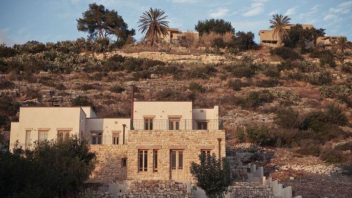 Dům stojí na místě bývalého kamenolomu. Architekti použili na jeho stavbu kámen a konopí
