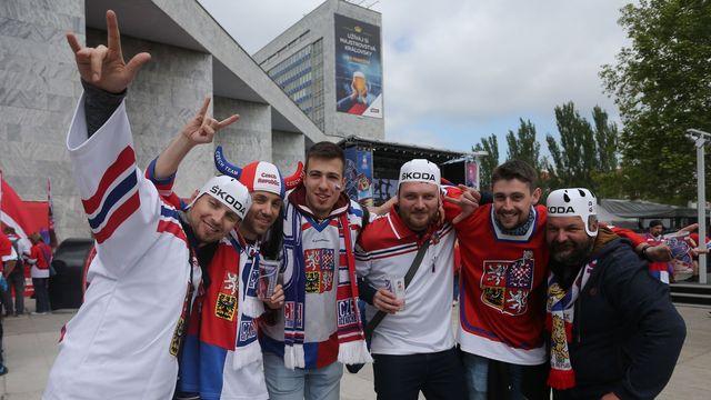 bdcec7c322ab2 Ve vlacích dochází pivo, Češi obsadili Bratislavu. Útokem berou hospůdky i  zápasy