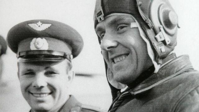 Vladimir Komarov (vpravo) a Jurij Gagarin.