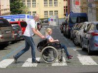 Foto: Když slepý pomáhá chromému. Firemní týmy se předháněly v osobní asistenci
