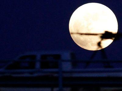 Pod povrchem Měsíce je obří tunel. Astronauti by se do něj mohli schovávat před radiací i asteroidy