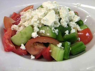 Jen rajčata, okurky a balkán nestačí. Recept na pravý šopský salát