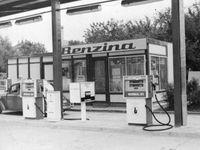 Foto: Benzina má narozeniny. Projděte se historií čerpacích stanic, palivo prodávaly v demižonech