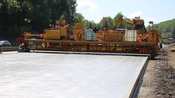 Unikátní stroj dává nový povrch dálnici D1. Podívejte se