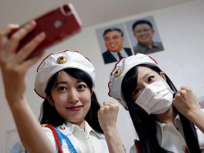 """Foto: """"Zemři, švábe,"""" píší mladé Japonce. V Tokiu vede podivný fanklub, který obdivuje KLDR"""