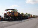 Blesková oprava silnice? Unikátní stroj frézuje a hned pokládá nový povrch, v Česku jsou jen dva