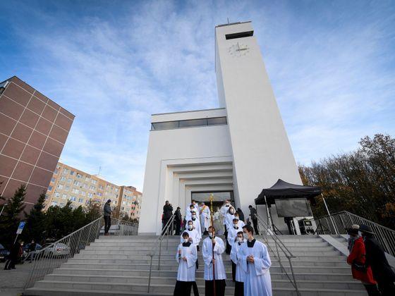 Kardinál Dominik Duka posvětil 22. listopadu 2020 nový kostel Krista Spasitele v Praze na Barrandově.