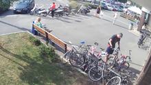 Zloději kradli kola u plaveckého stadionu v Praze. Poznáte je?