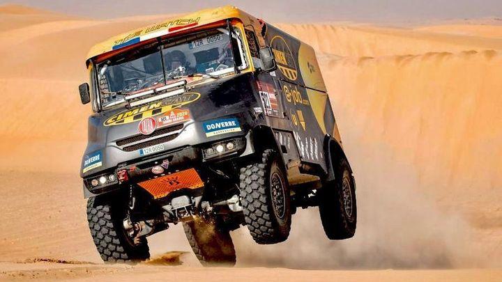 To je síla Dakaru: českou Tatru pilotovanou Francouzem do cíle dotáhl Nizozemec