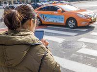 Přecházejí silnici a u toho zírají do mobilu. První město nově trestá neopatrné chodce