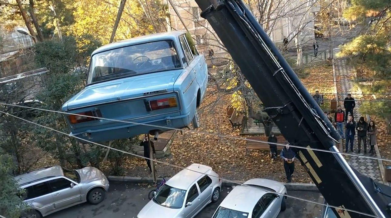Žigulík parkoval 27 let na balkoně ve čtvrtém patře, z videa ze stěhování se stal hit