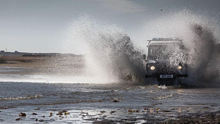 Video: Land Rover slaví sedmdesátiny. Jak se jezdilo s jeho posledním off-roadem?