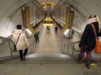 Stanice metra Můstek na lince A je uzavřena, policie objevila ve vestibulu podezřelý kufr