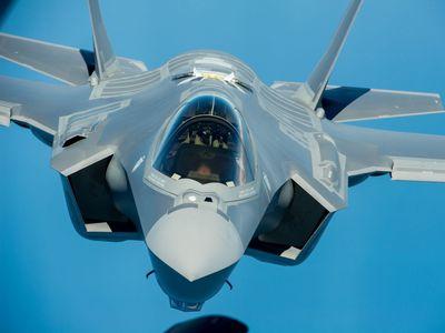 Předražený zázrak F-35: Neviditelná stíhačka umí přistát jako vrtulník, pilot ji může ovládat hlasem