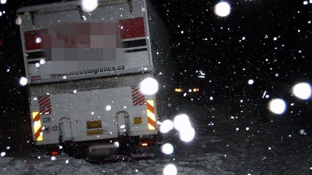 adf4eda0a Vítr, sníh a srážky komplikují dopravu v Česku. Silnici na Vysočině  zatarasil kamion