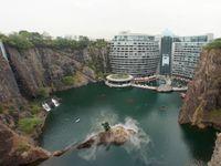 V Číně otevřeli luxusní hotel v lomu. Výtahem pojedete až 88 metrů pod zem