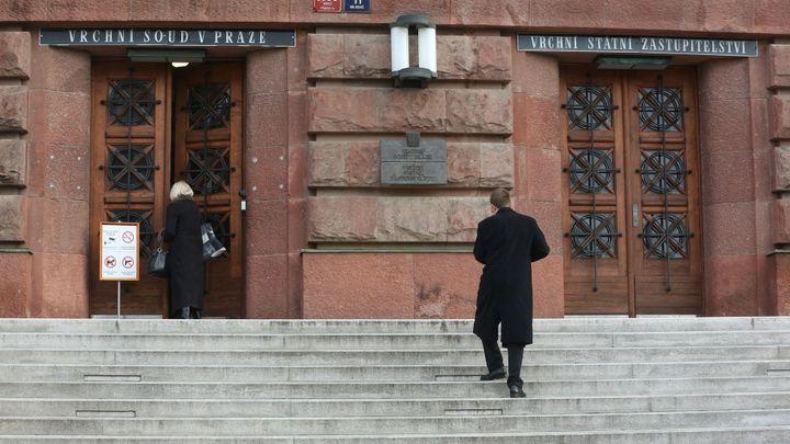 Policie zadržela soudce Vrchního soudu v Praze, vyšetřovatelé prohledávají jeho kancelář