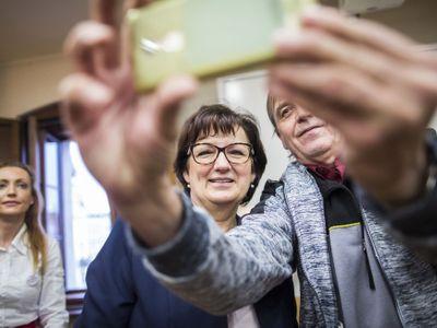 Drahošová zahájila kampaň. V dětském domově přála k narozeninám, vtipkovala na Zemanův účet