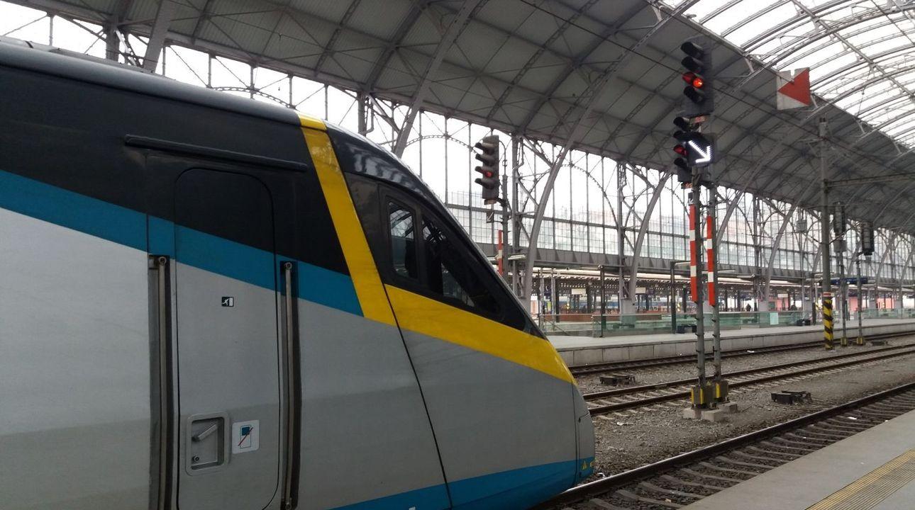 V Praze srazil vlak člověka, zraněním na místě podlehl. Provoz byl obnoven