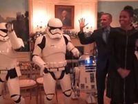 Manželé Obamovi oslavili Star Wars. V Bílém domě si zatančili se stormtroopery