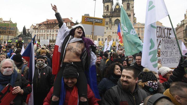 Lidé přijeli demonstrovat do Prahy proti vládním opatřením, promluvil Landa i Klaus
