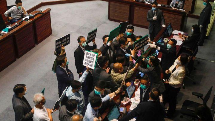 Čína přijala bezpečnostní zákon pro Hongkong, vůdce demonstrantů odstoupil