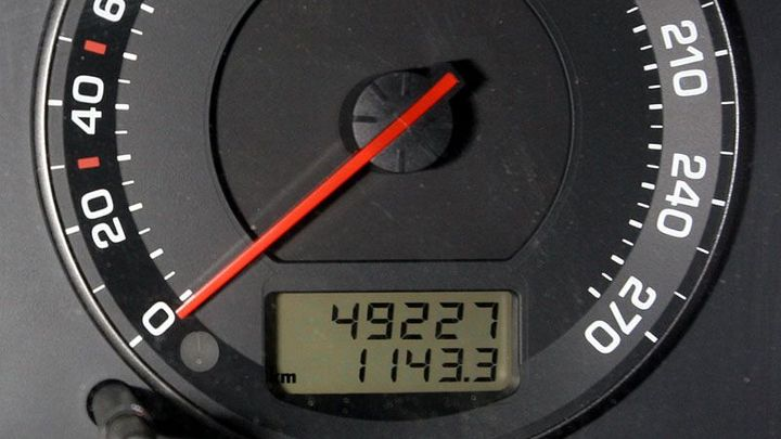 Konec přetáčení tachometrů aut? Data budou na webu od ledna