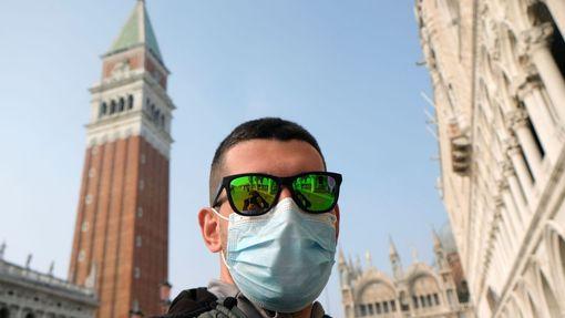 Muž s rouškou v italských Benátkách, kde se objevila nákaza koronavirem.