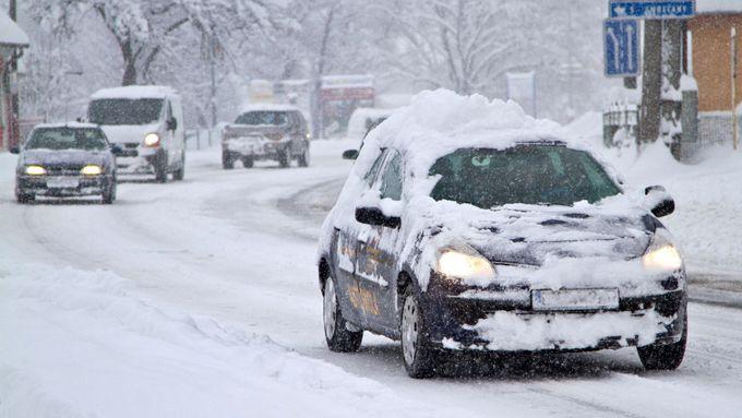 Východ republiky pokrylo náledí, místy hustě sněží. Silničáři vybízejí k opatrnosti