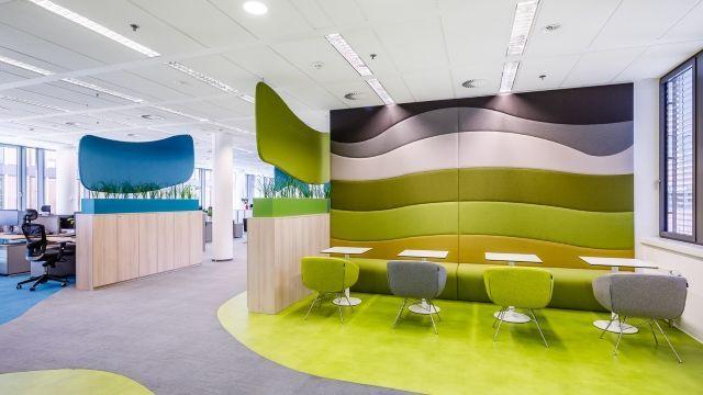 Openspace s barevně sladěnými úložnými prostory a akustickými prvky