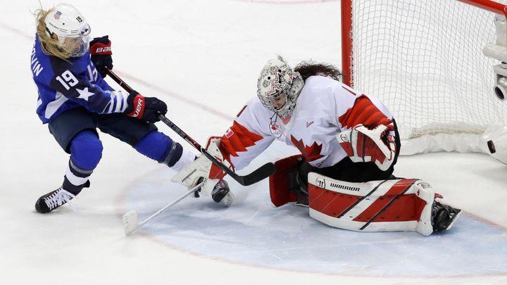 Hokejistky USA porazily Kanadu v nájezdech a slaví po 20 letech