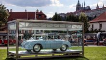 První Porsche schované v kostce stojí v centru Prahy. Automobilka vystavuje unikát kolemjdoucím