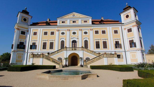 """Popularita Bočkových děl se projevuje zvýšenou zvědavostí návštěvníků na  """"jeho"""" zámku v Miloticích. 498faee4e5b"""